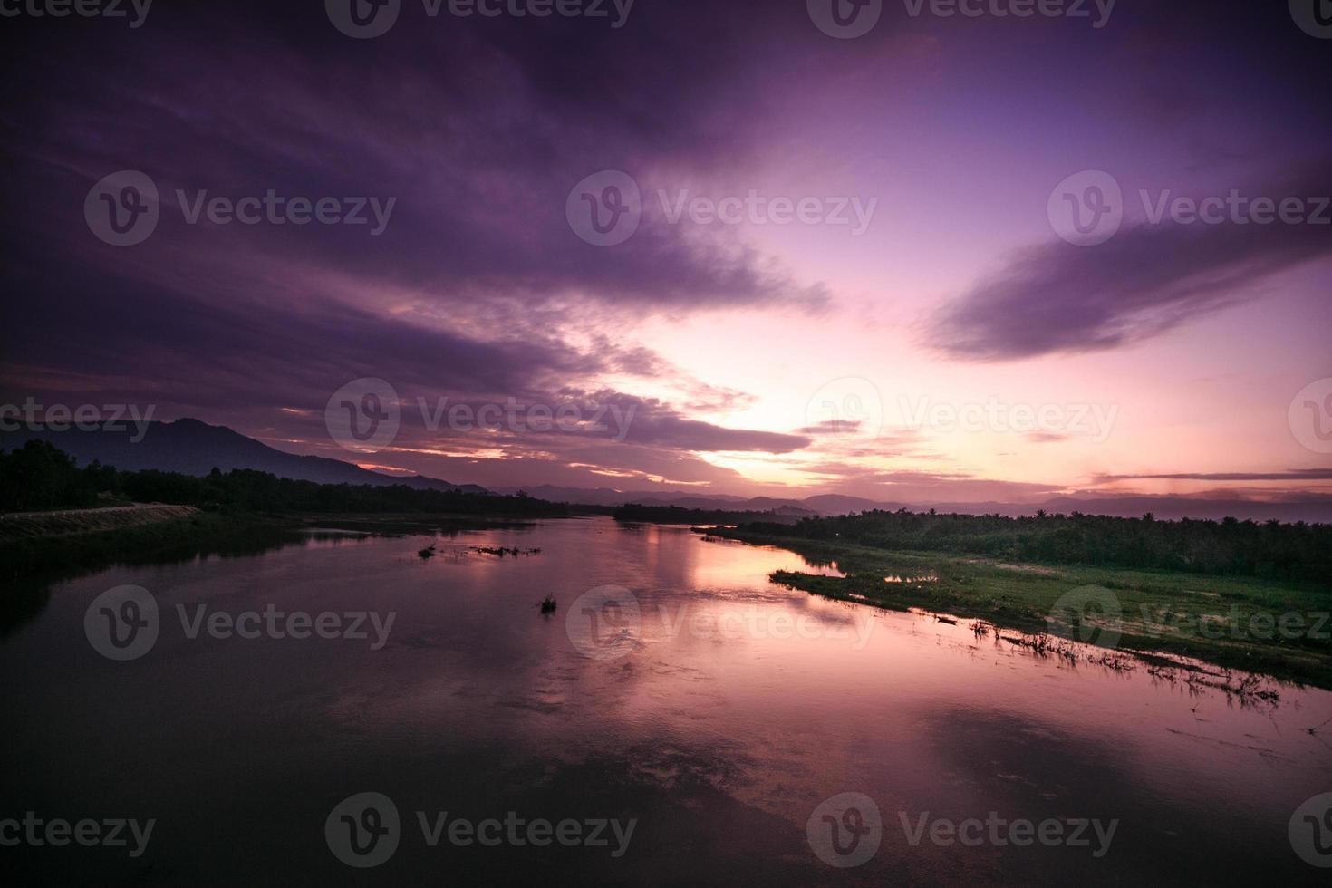 puesta de sol en el río foto