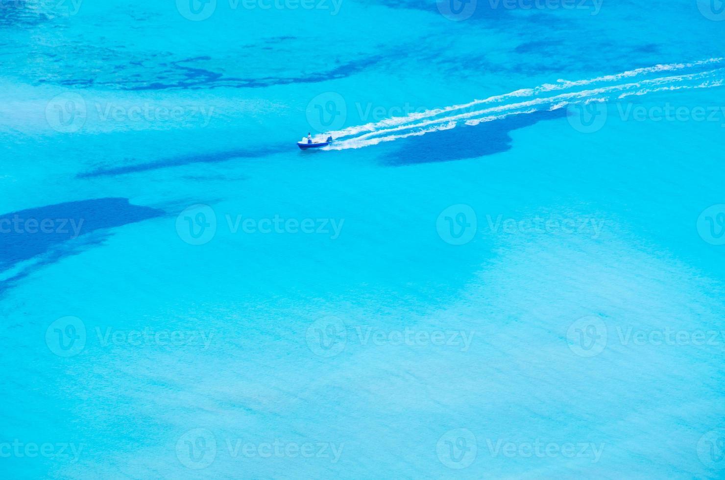 barco conduciendo en una hermosa bahía foto