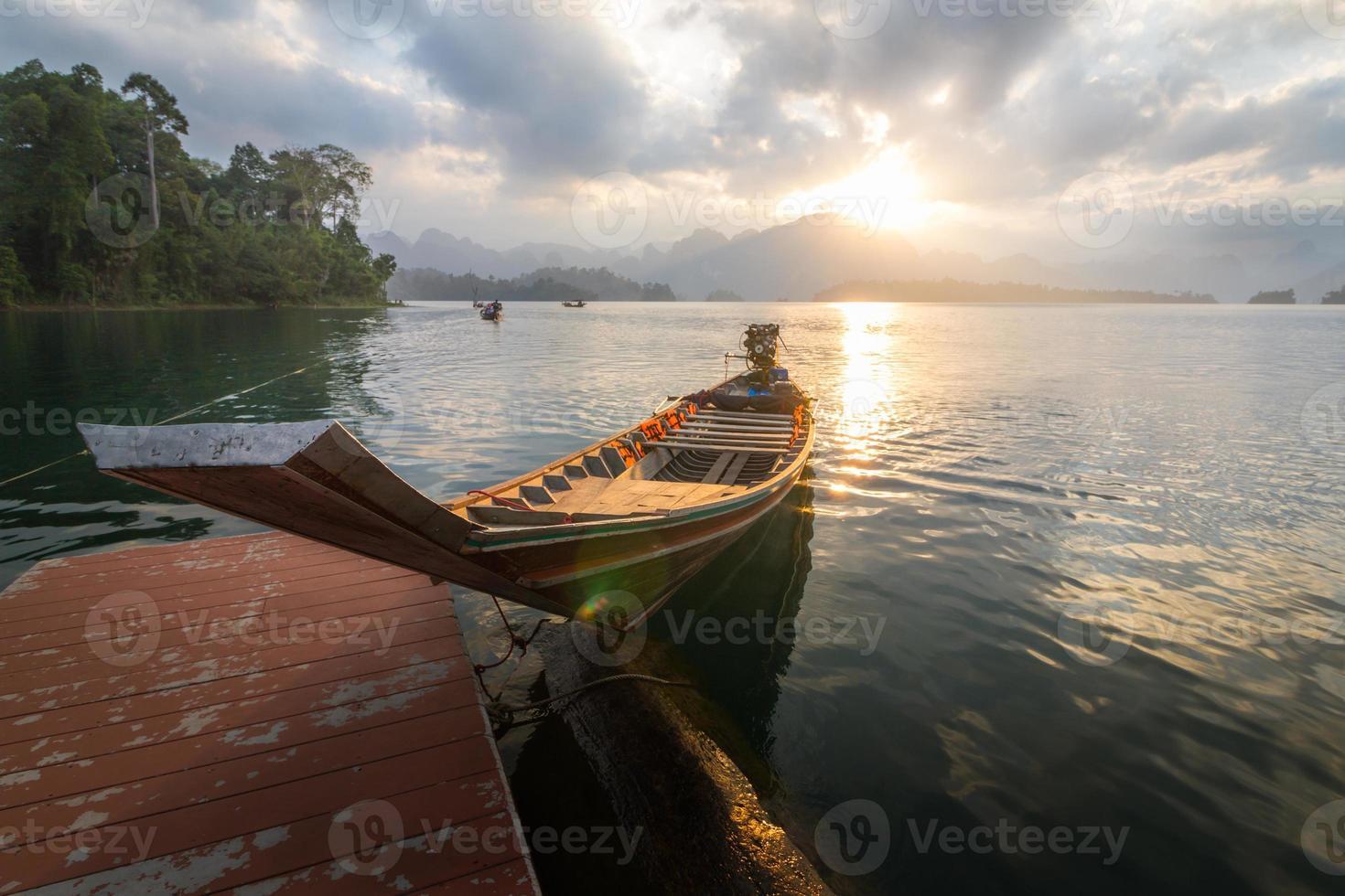 barco al amanecer en la presa foto