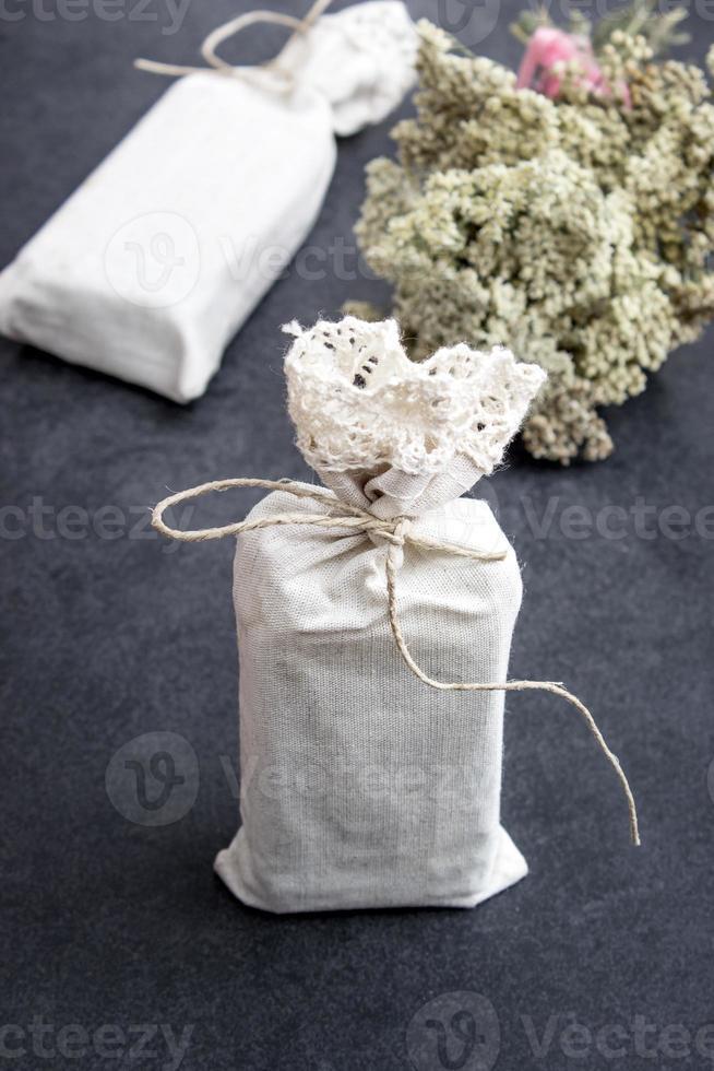 regalos hechos a mano sobre fondo rústico foto