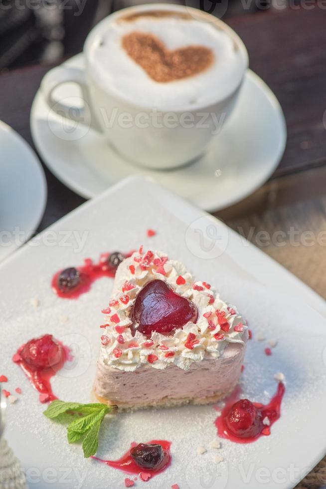 pastel de san valentín en forma de corazón foto