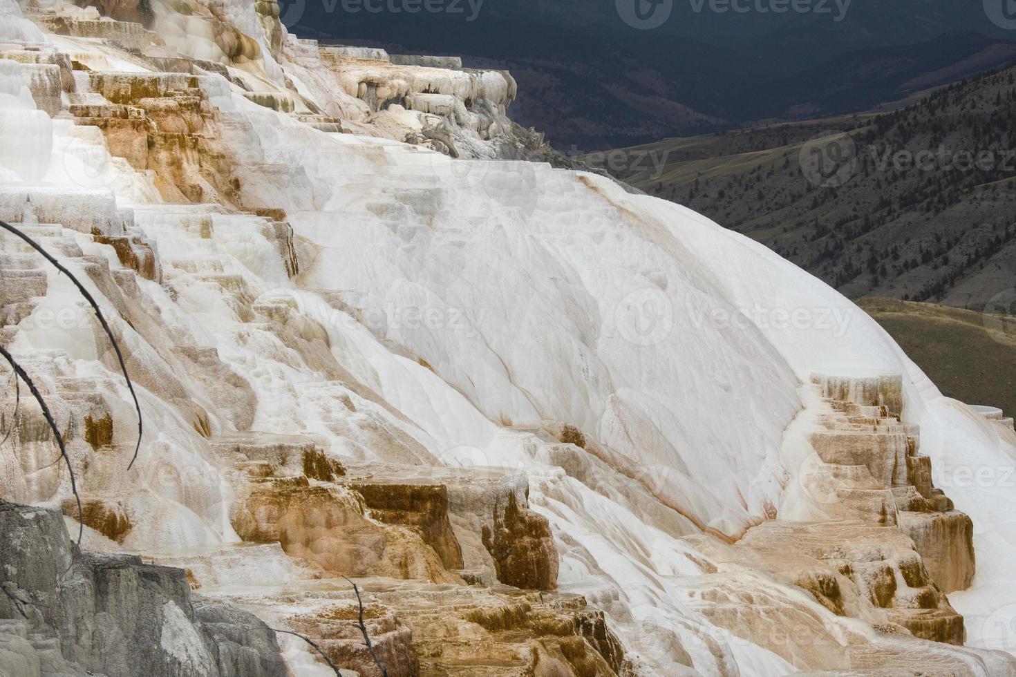 roca de carbonato en cascada con valle debajo en mamut hot spring foto