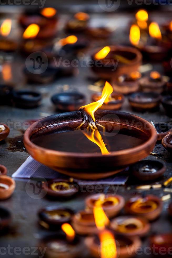 velas encendidas en el templo indio. foto
