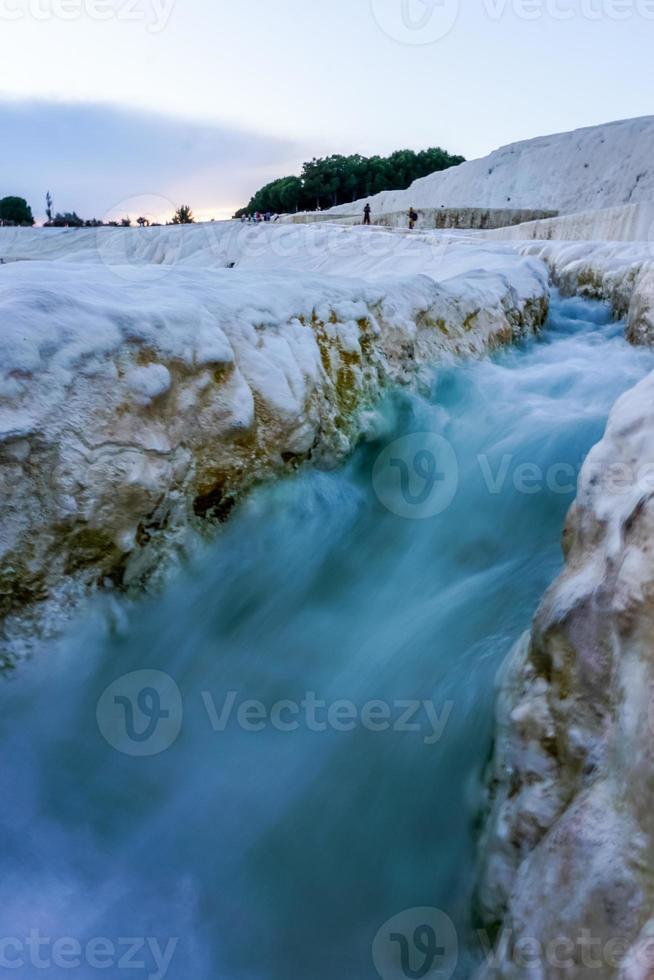 corriente que fluye en Pamukkale foto