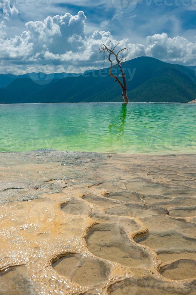 hierve el agua, formaciones rocosas naturales en el estado de oaxaca foto