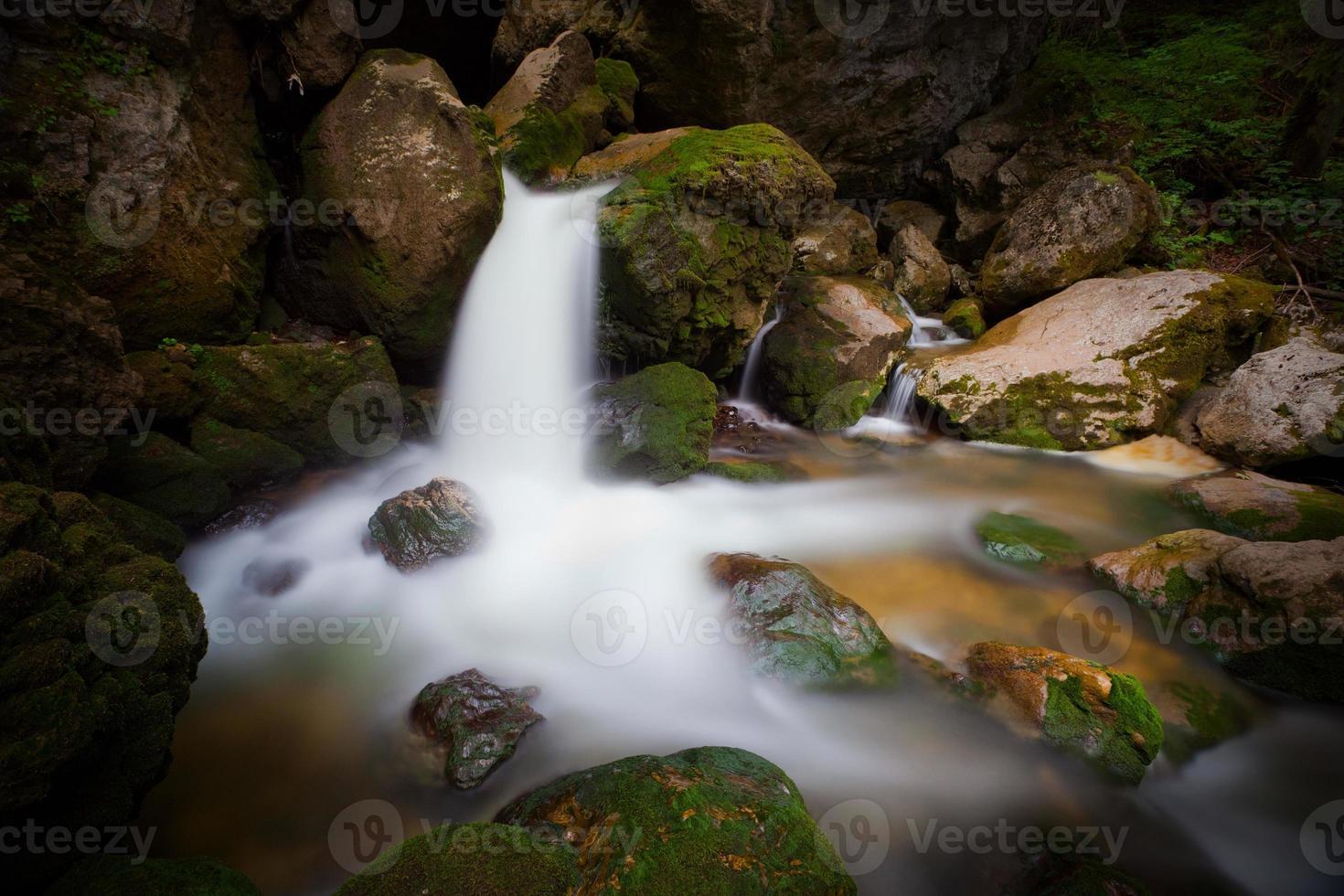 cascada de cerca en la montaña foto