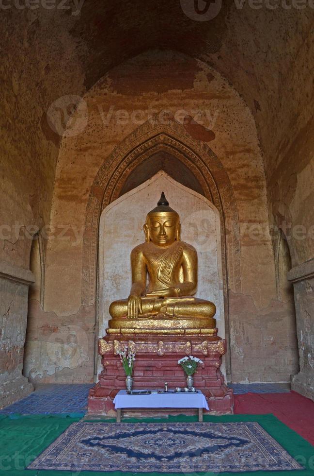 Estatua de Buda en el templo. Bagan, Myanmar (Birmania) foto