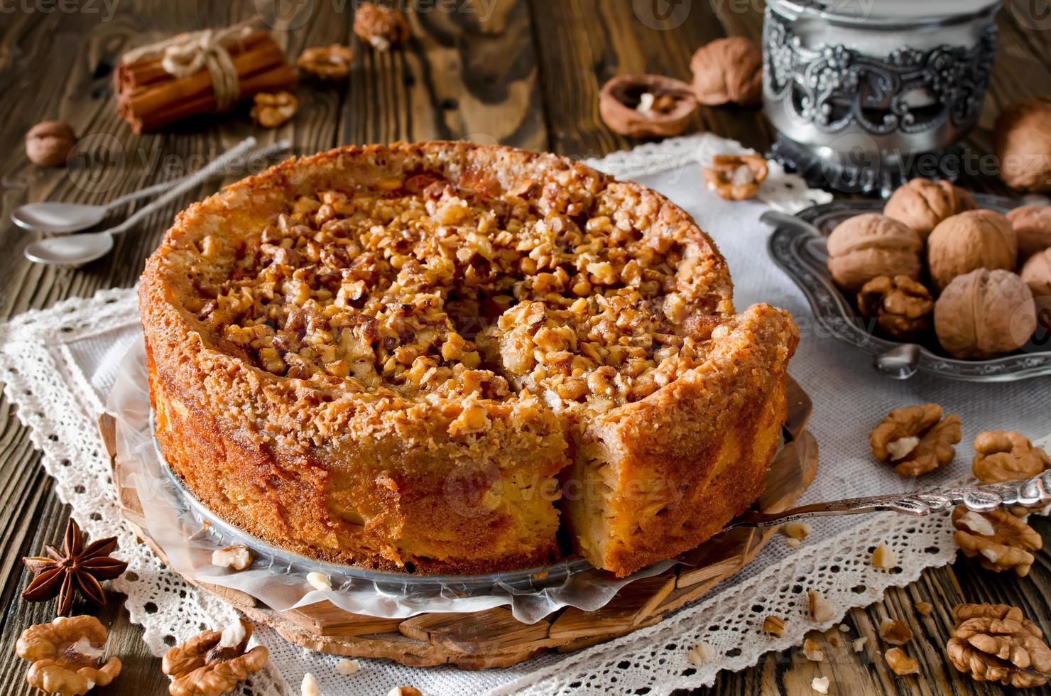 trozo de tarta de manzana con nuez y glaseado de azúcar foto