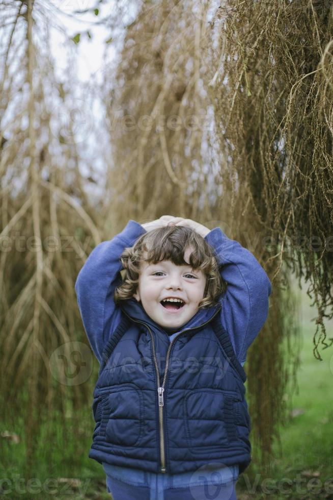 Retrato de un niño feliz al aire libre foto