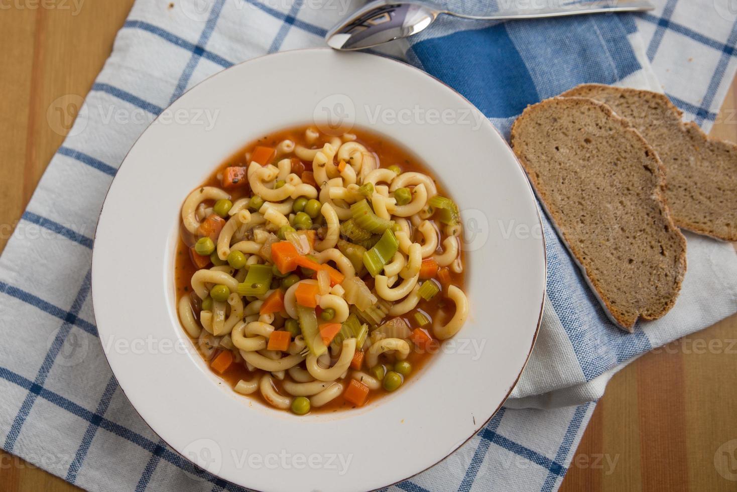 sopa italiana de minestrone de verduras en un tazón foto