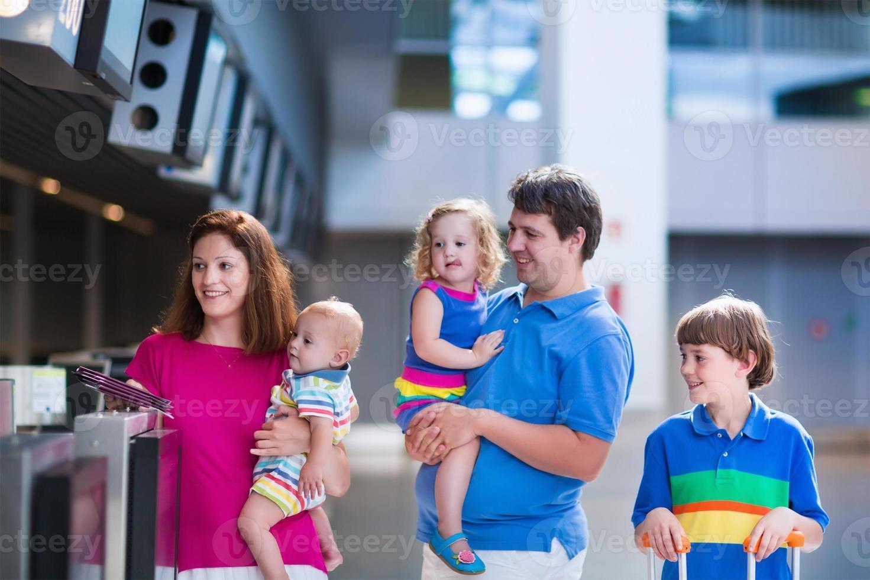 adorable familia grande con niños en el aeropuerto foto