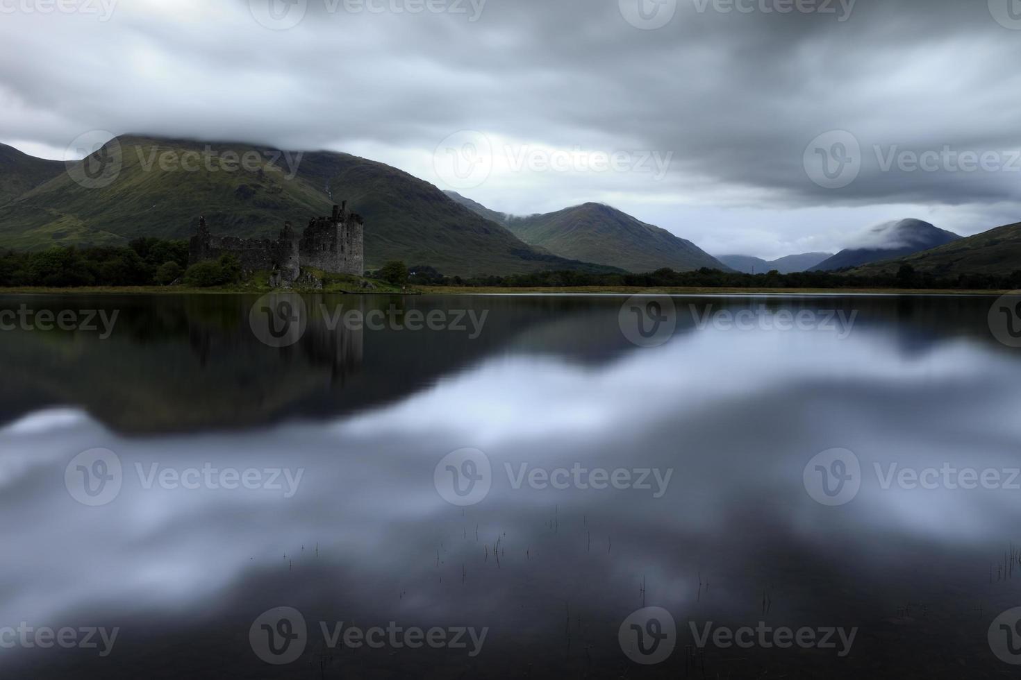 paisaje de ruinas oscuras escocesas foto