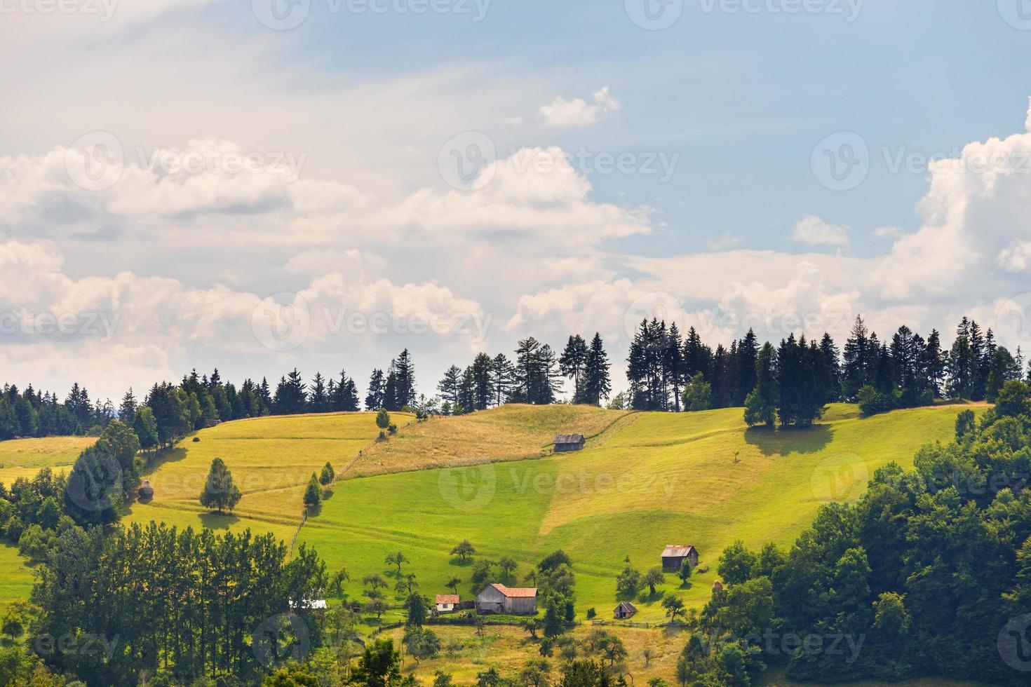 paisaje de montaña lluviosa, rumania foto