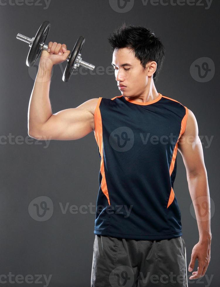 joven haciendo ejercicio con pesas foto