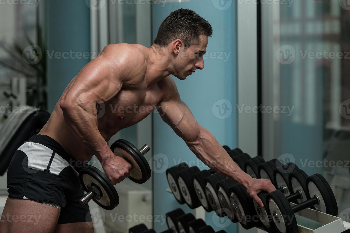 joven ejercicio con pesas foto