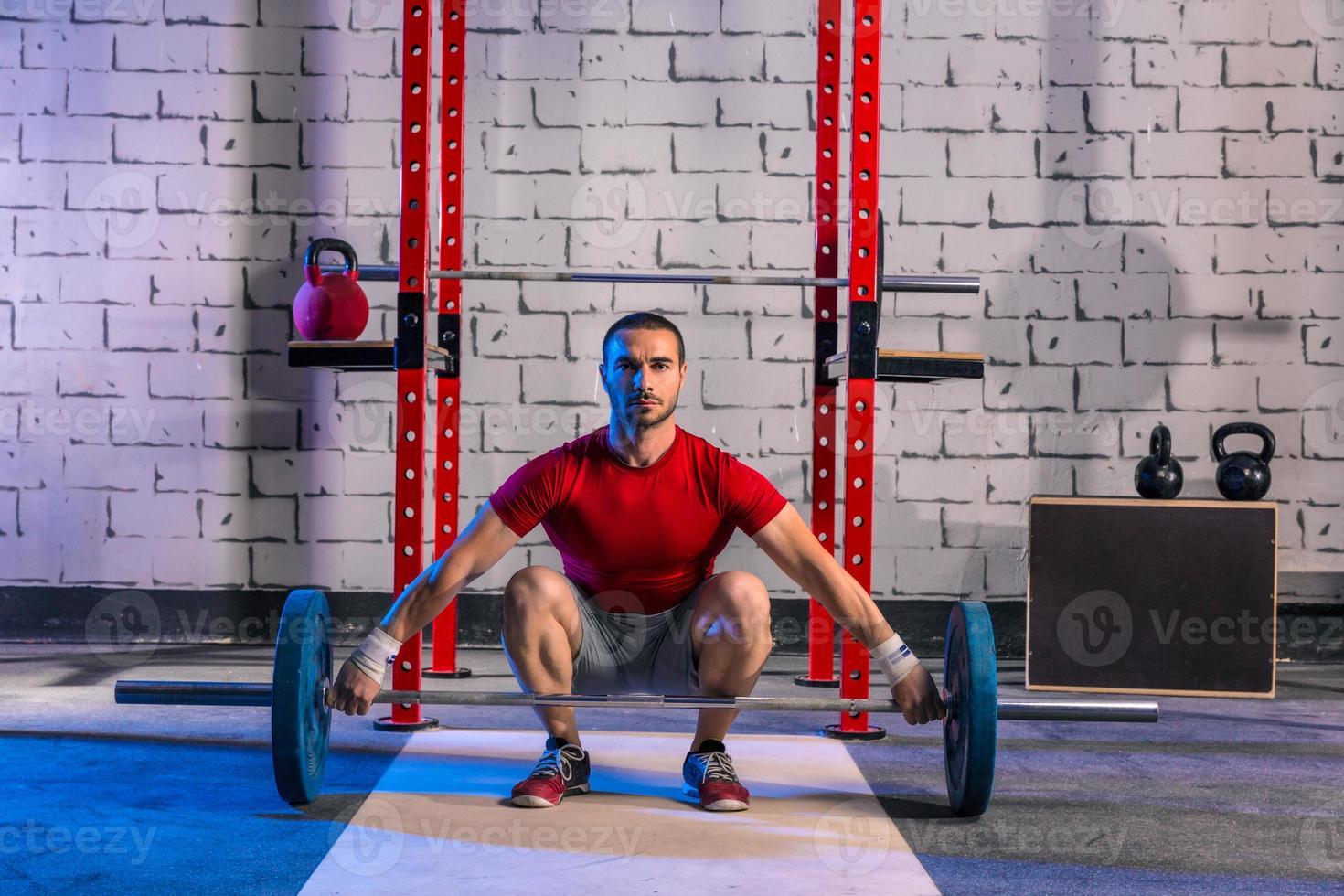 barra con pesas hombre levantamiento de pesas entrenamiento foto
