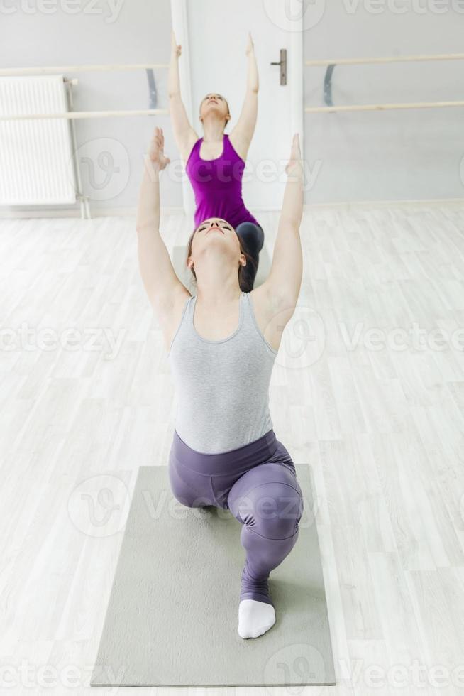 grupo de mujeres haciendo yoga foto