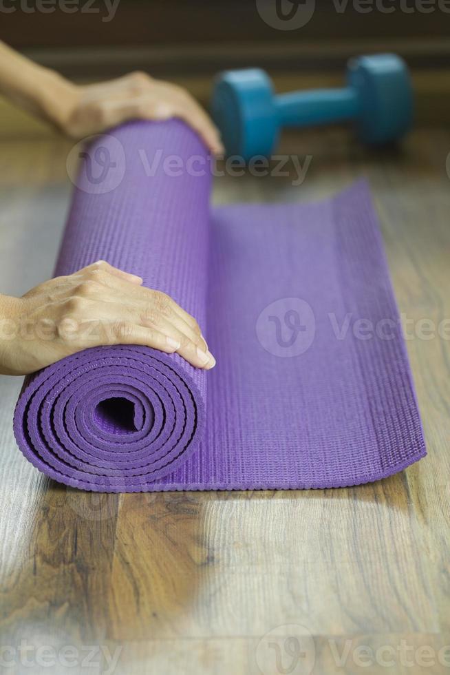 estera de yoga y mancuernas foto