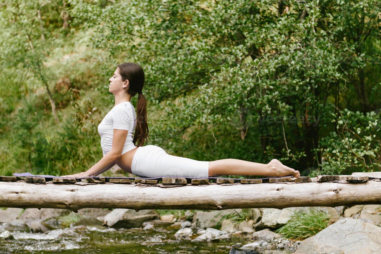 mujer haciendo yoga en la naturaleza foto