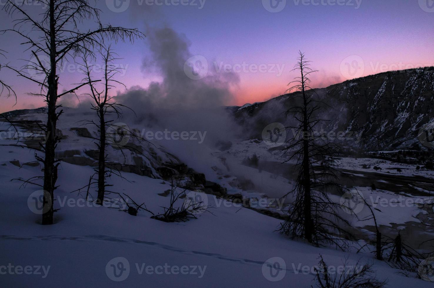 paisaje de invierno de yellowstone al atardecer foto
