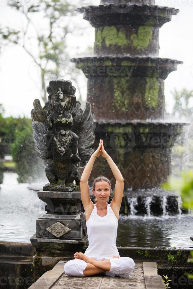 mujer meditando haciendo yoga foto
