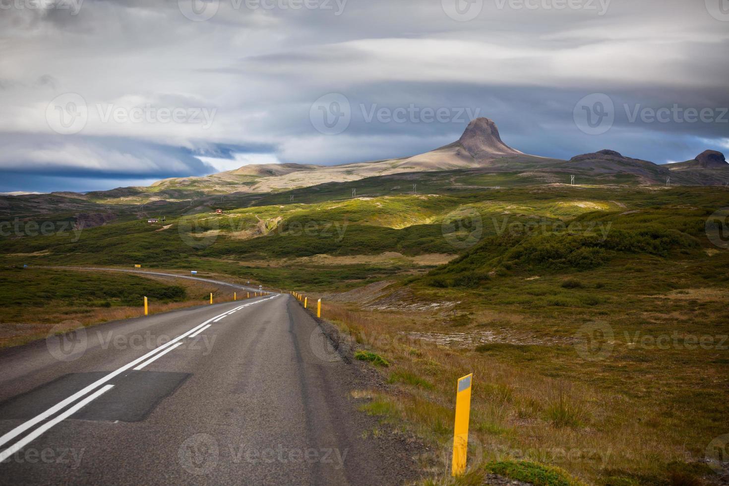 estrada através da paisagem de montanhas da islândia foto