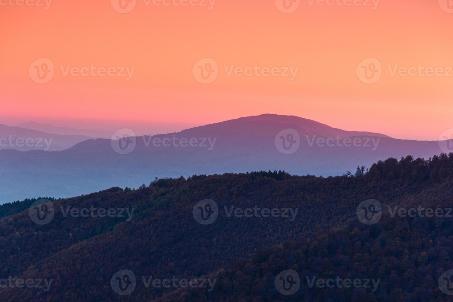 Hermoso paisaje de montaña al amanecer. foto