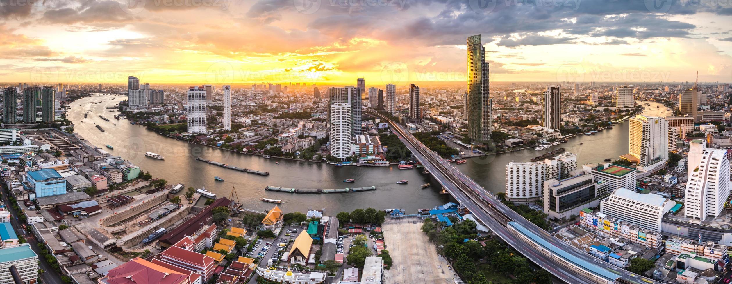 Paisaje panorámico del río Chaophraya, Bangkok foto