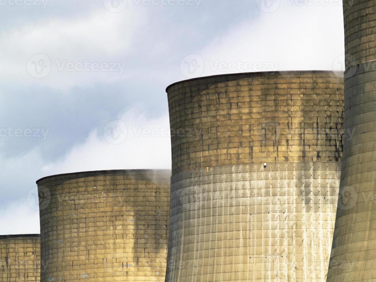 fila de torres de enfriamiento en la central eléctrica foto