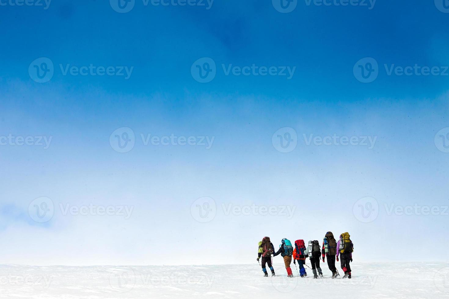 senderismo en montaña de invierno foto