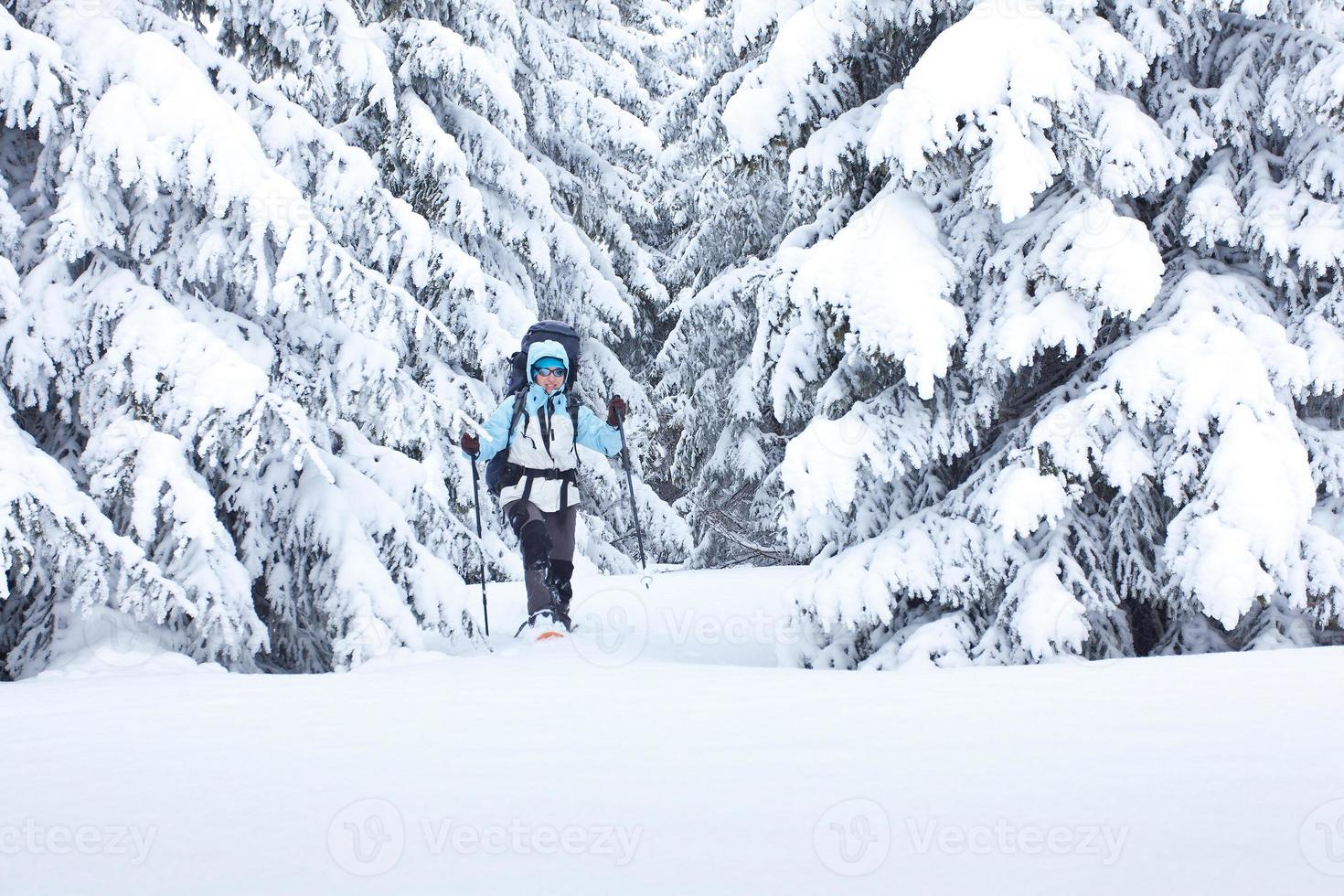 alpinista na floresta de inverno foto