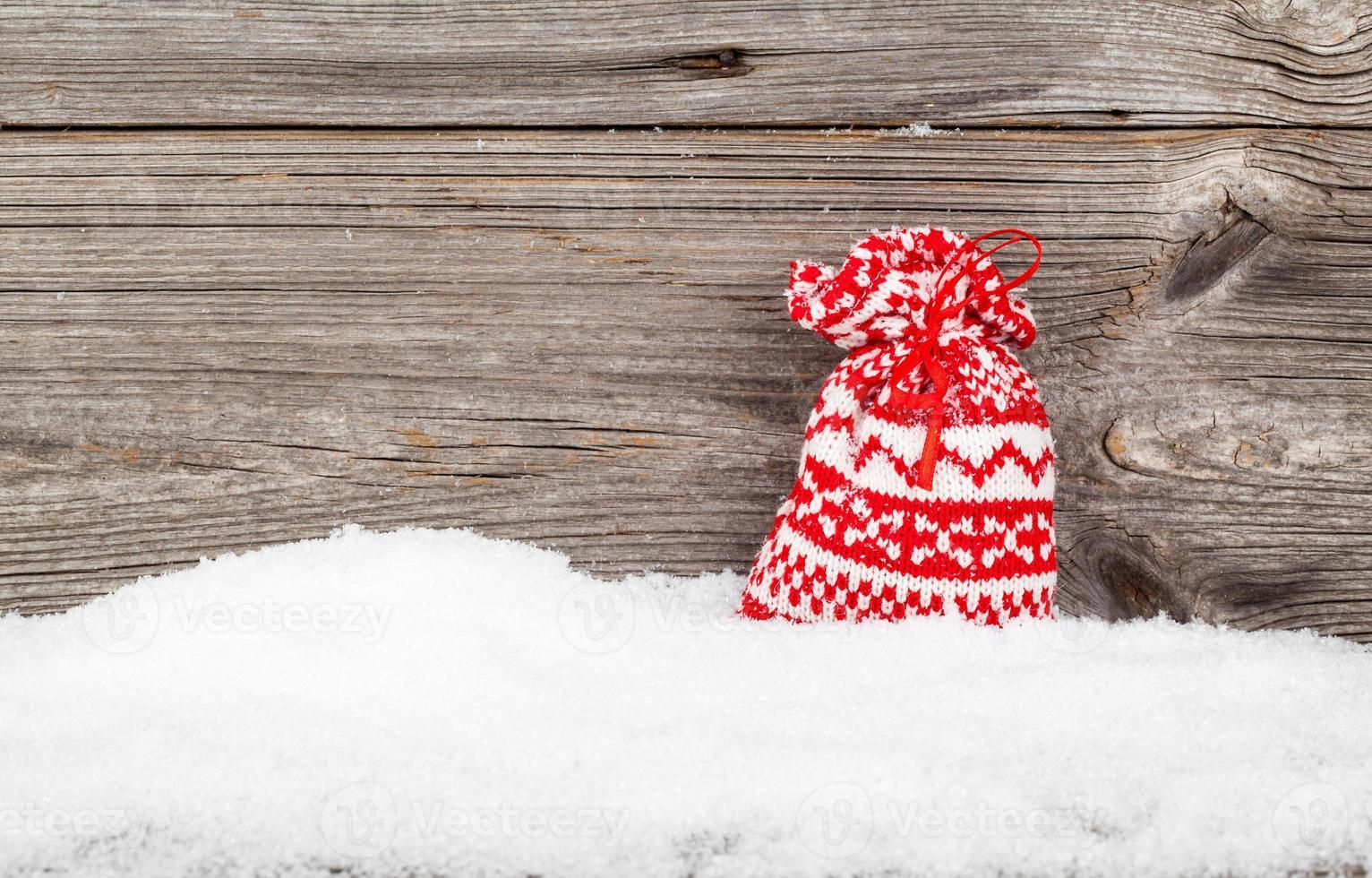 sacos de presente com neve do inverno foto