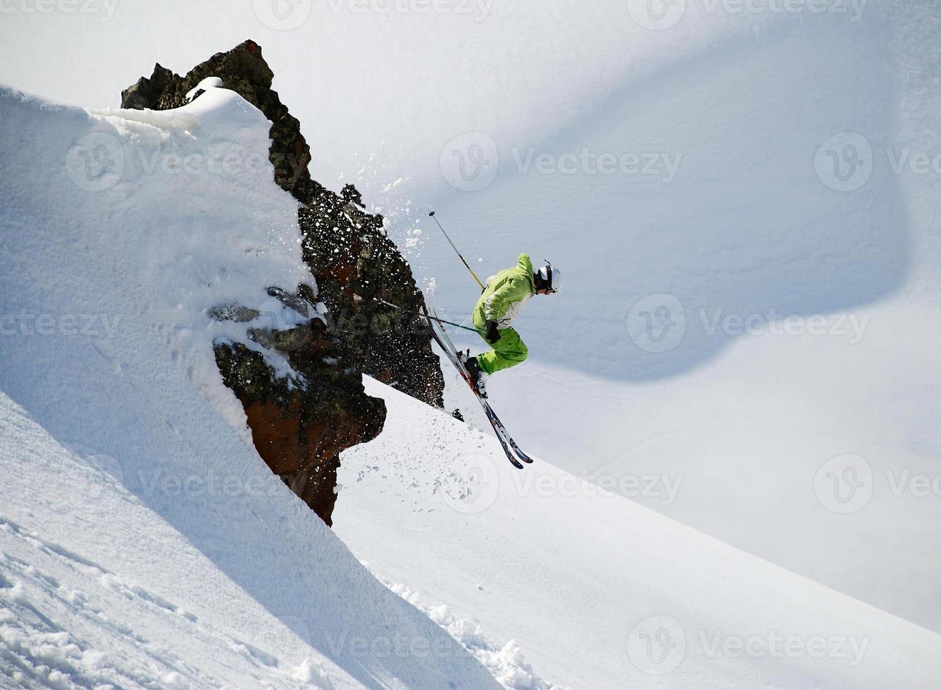 esquiador pulando de um penhasco foto