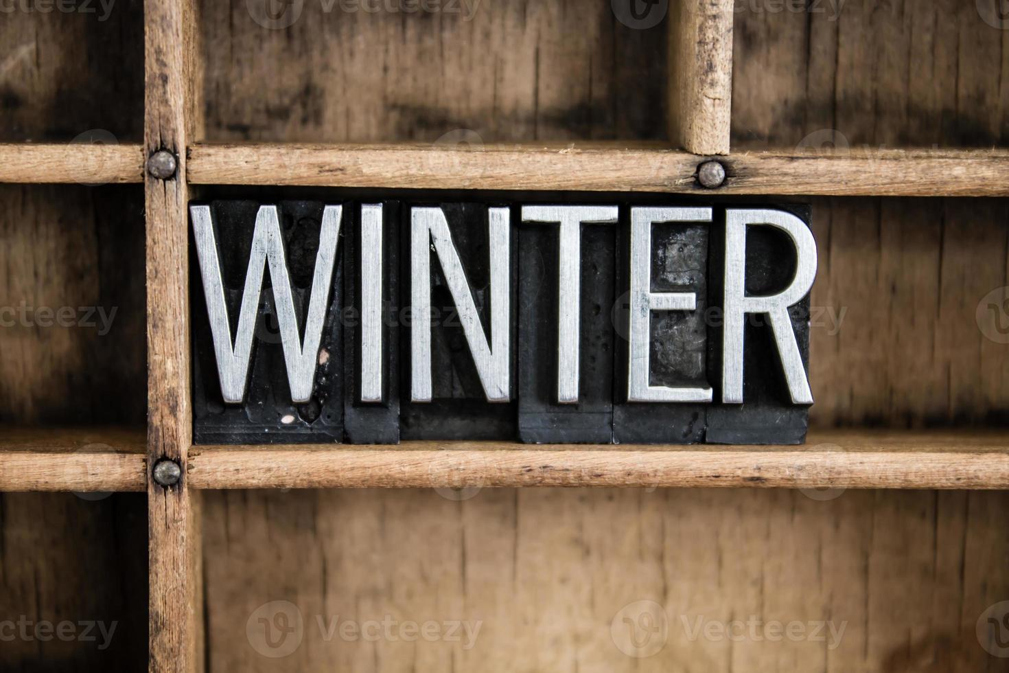 Palabra de tipografía metálica de concepto de invierno en cajón foto