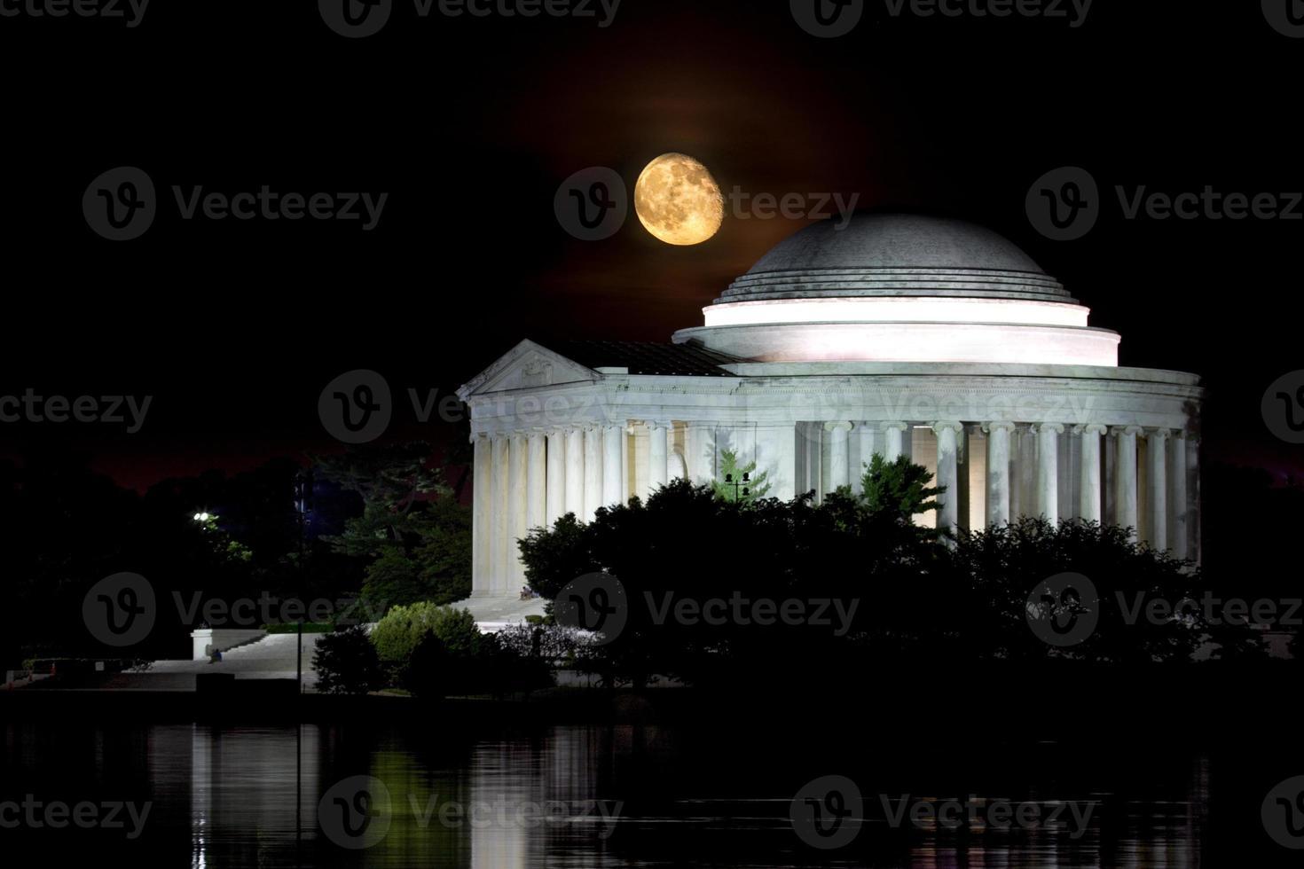 salida de la luna sobre el memorial de jefferson foto