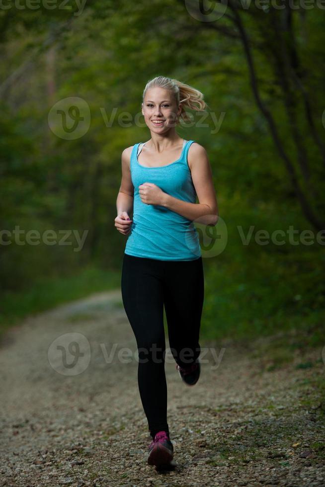 hermosa joven corre en el bosque - corredor activo corriendo foto