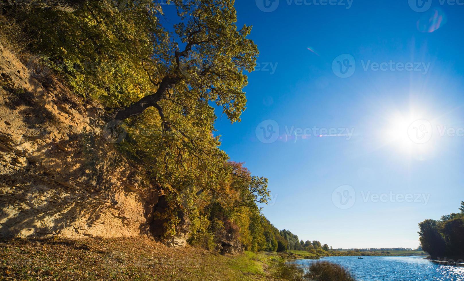 Río Lielupe con costa rocosa. Buska, Letonia. foto