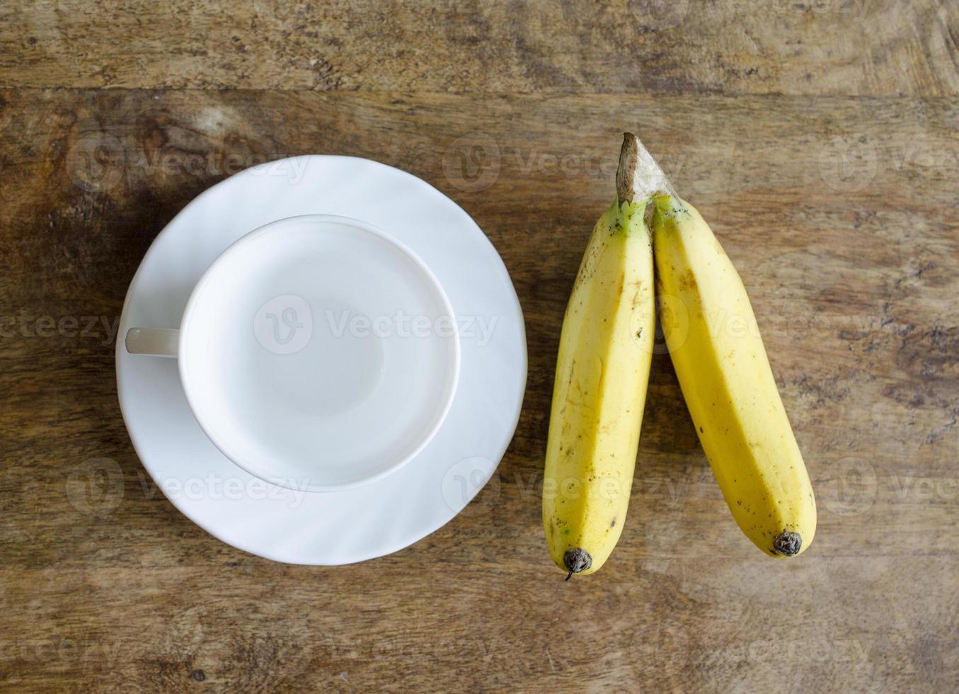 taza de café y plátano foto