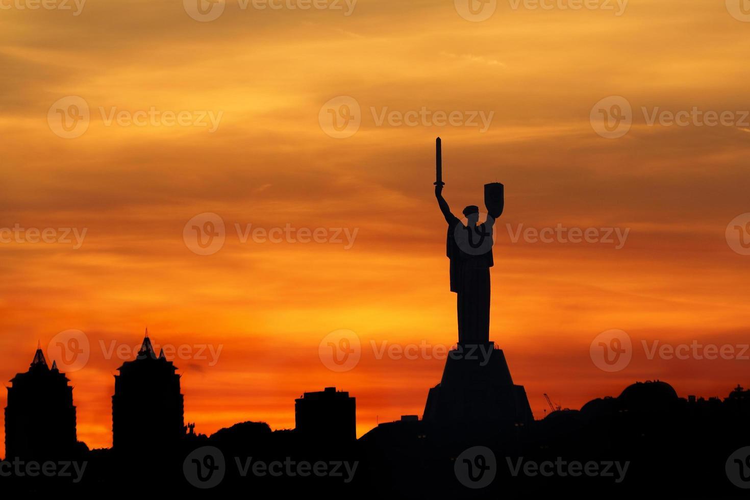 puesta de sol sobre kiev foto
