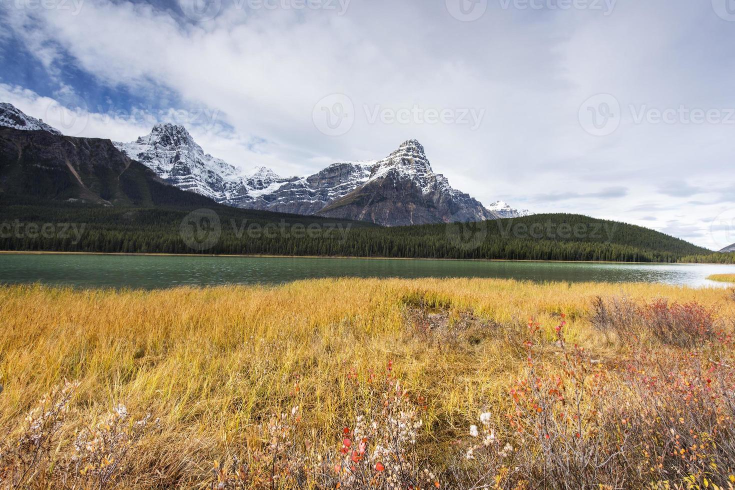 montañas rocosas y lago foto
