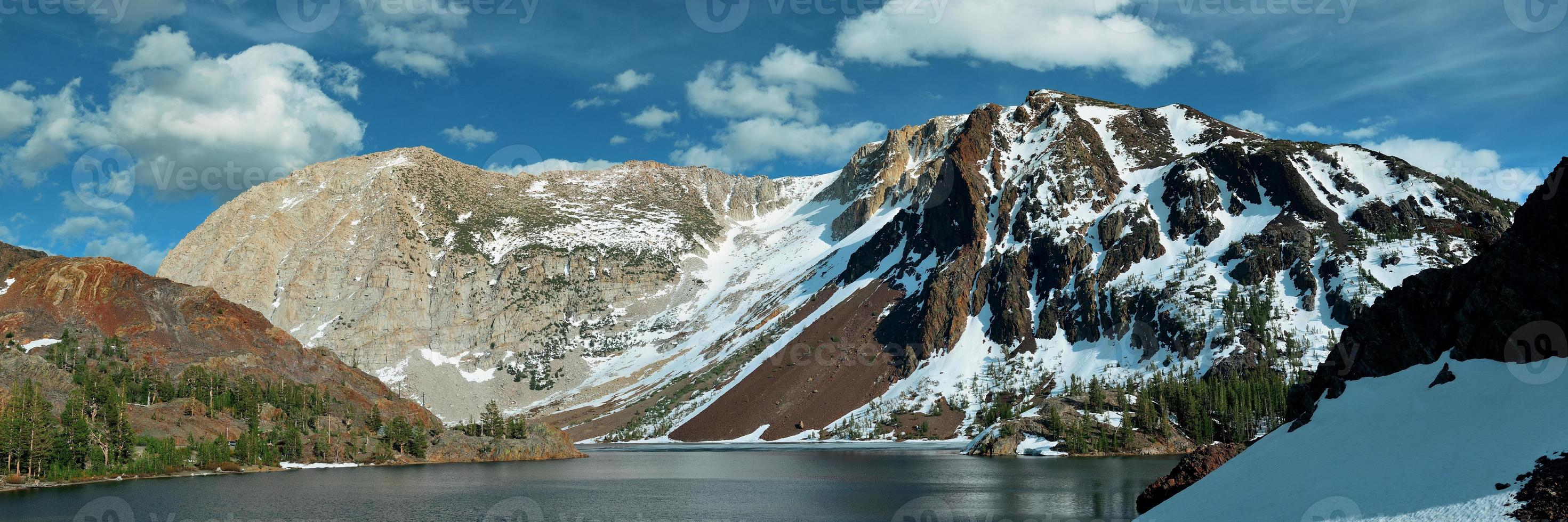 lago de montaña de nieve foto