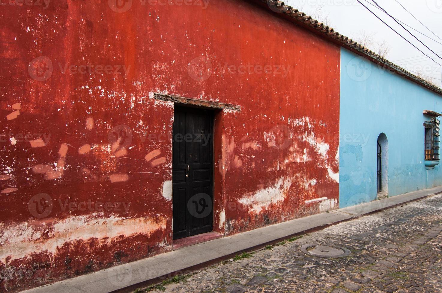 Casas pintadas de colores en Antigua, Guatemala foto
