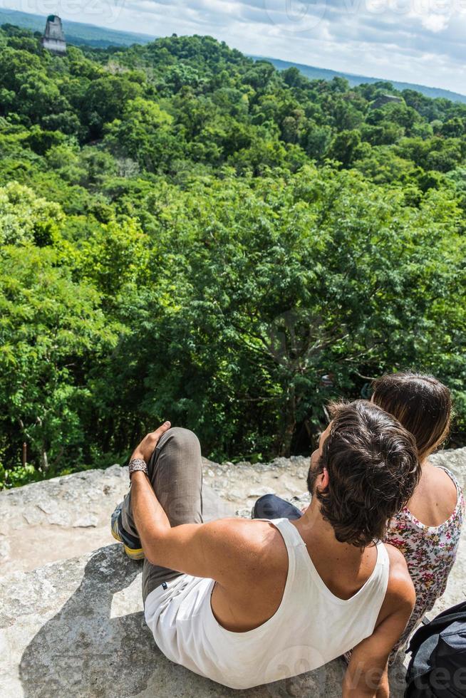 Pareja viajando por Guatemala, vista de la selva tropical y las ruinas mayas. foto