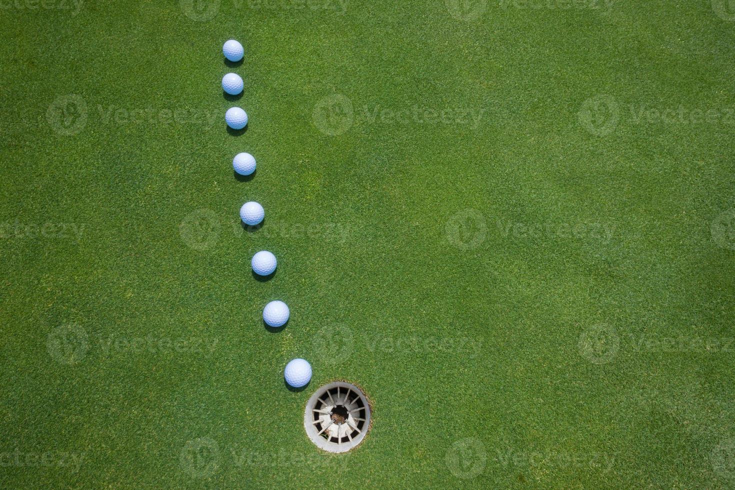 golf poniendo bolas verdes foto