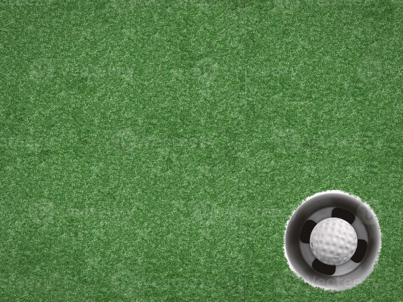 pelota de golf en copa de golf en verde foto