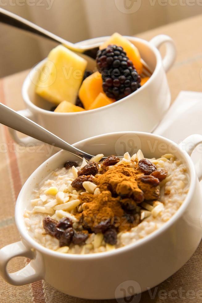 fruta fresca y avena con ingredientes saludables para el desayuno foto