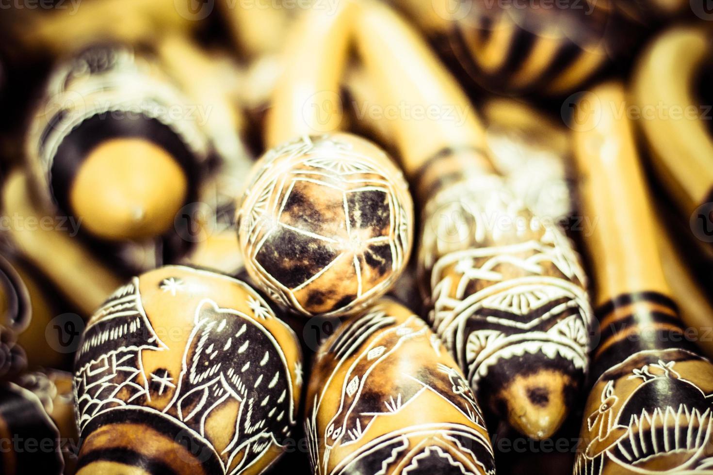 Maracas peruanas hechas a mano en el mercado local. foto