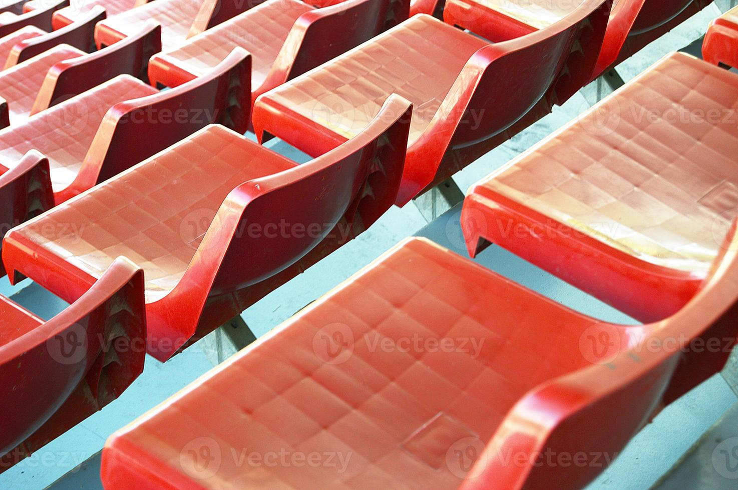 perspectiva de asientos de fútbol rojo foto