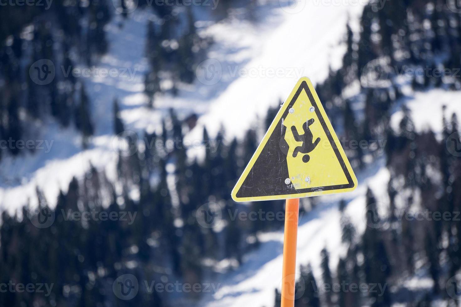 peligro empinado acantilado signo de montaña foto