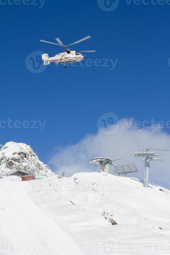 estación de esquí en las montañas foto
